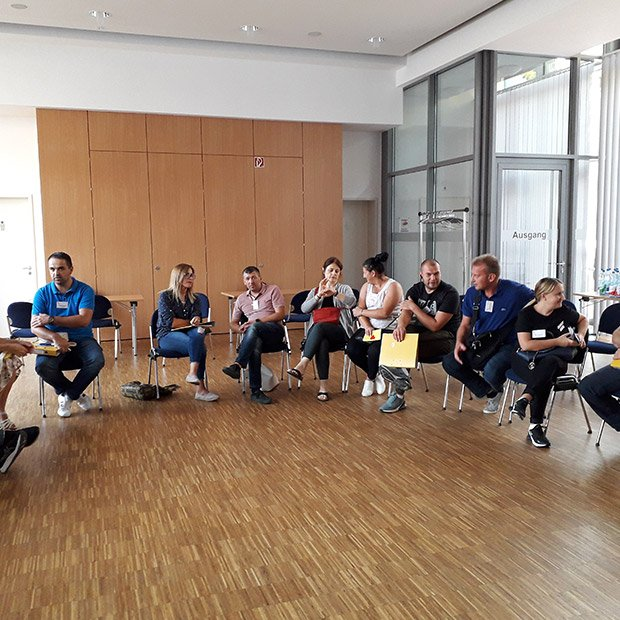 Erwachsene im Stuhlkreis, Bürgerstiftung Offenbach
