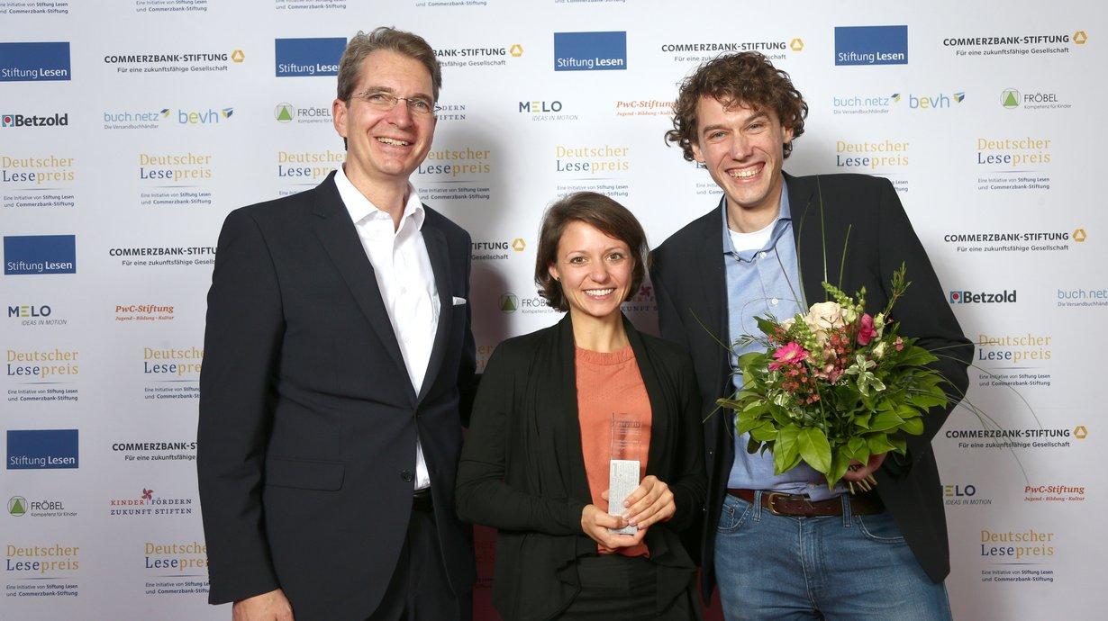 Frederik Palm, Vorsitzender buch.netz mit Katharina van der Feen und Maximilian Schrecker, beide Impuls Deutschland Stiftung e.V. Bild: Stiftung Lesen / Eventpress