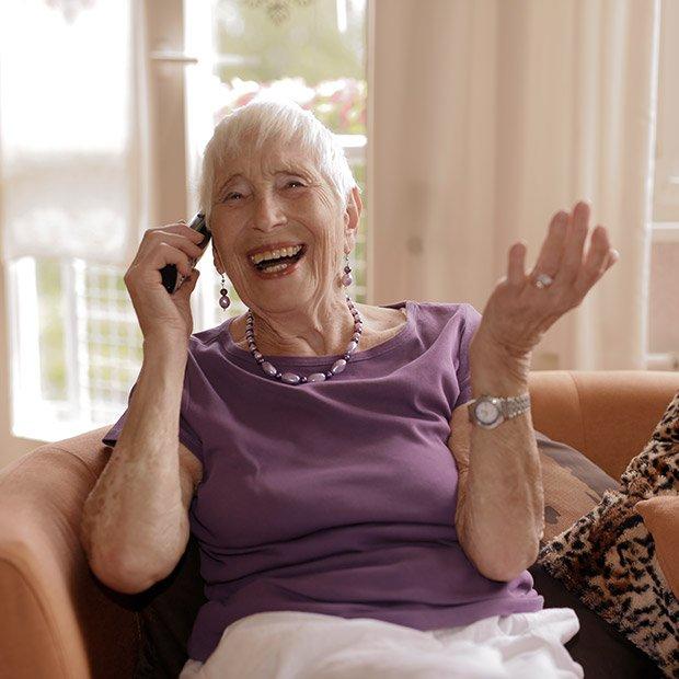 Oma hat Spaß beim Telefonieren mit dem Handy, Silbernetz Berlin