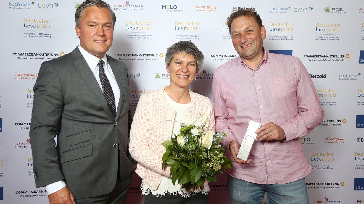 Philipp Jacke, Media Carrier GmbH mit Diana Pretz und Jens Heinroth, beide Grundschule St. Johannes Erpel, Bild: Stiftung Lesen / Eventpress